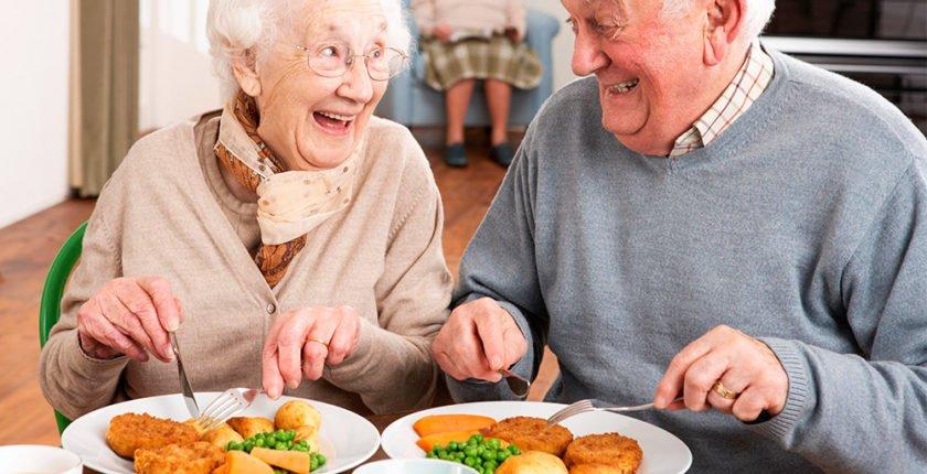 Mayores disfrutando de una buena alimentación