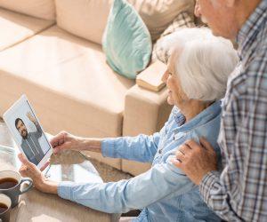 dos personas mayores haciendo videollamadas